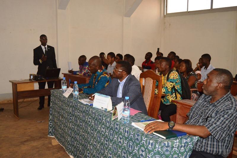 L'étudiant Yomb Bissou Alain présentant ses travaux devant le Jury présidé par Pr YOUMBI Emmanuel